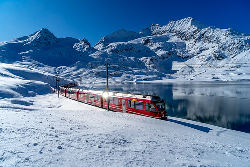 Lago Bianco: red in a lot of blue and white (1/3)