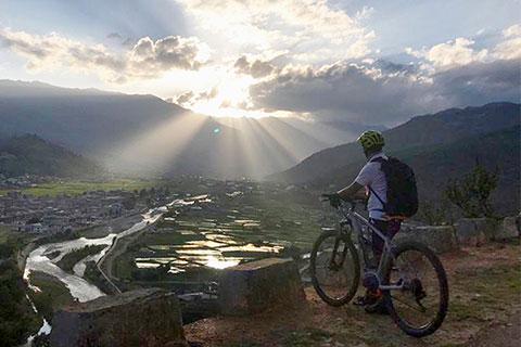 Fantastische Lichtstimmung, Blick über ein Tal in Bhutan