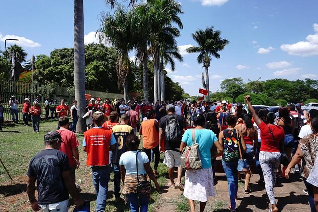 Invasão em embaixada venezuelana já dura 10 horas; governo condena, mas não intervém