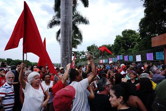 Invasores deixam embaixada da Venezuela após 12 horas