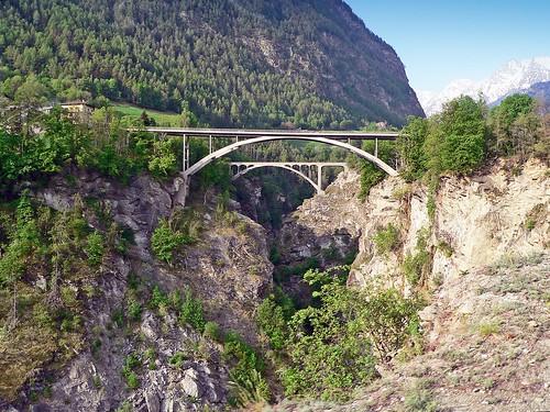 Suisse, la vallée très encaissé avec viaducs de Stalden