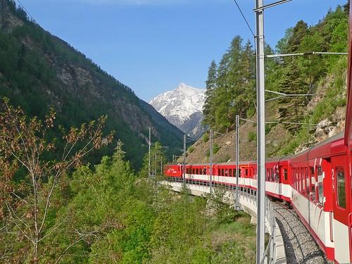 Suisse, dans la vallée le Train du Glaciers Express pour Zermatt