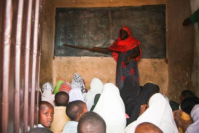 Professora ensina Inglês para as crianças em uma escola precária, na cidade de Kaduna, na Nigéria - Créditos: Emilia Lob/AFP