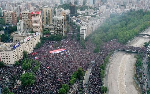 Mais de um milhão de manifestantes tomaram as ruas de Santiago no dia 25 de outubro em novo protesto contra o governo de Piñera - Créditos: Pedro Ugarte/AFP