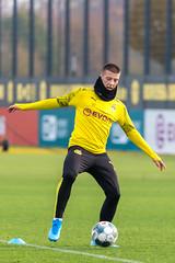 Defensiver Mittelfeldspieler Tobias Raschl bei der Ballbehauptung beim Training des BVB