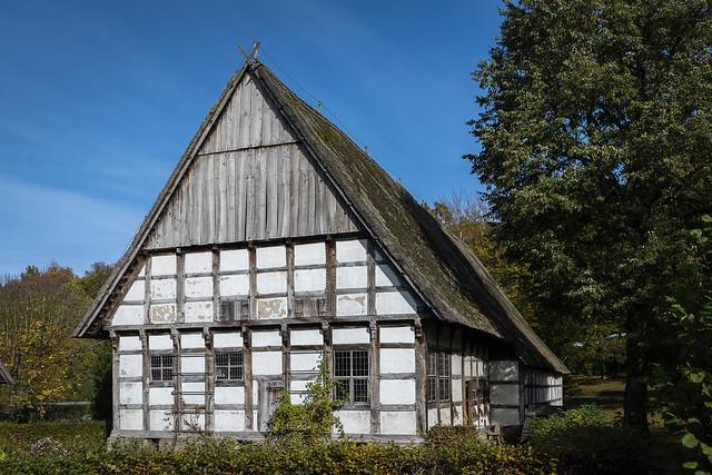 Historischer Bauernhof, vorne die Wohnräume und direkt angebaut die Stallungen.