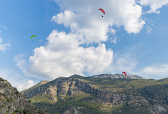 Gleitschirmfliegen vom Berg Babadag über der Blauen Lagune in Ölüdeniz, Türkei