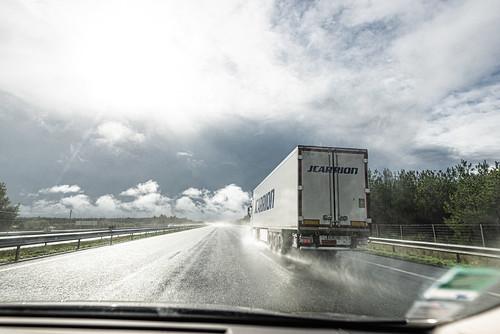 03-Une autoroute encombrée de camions