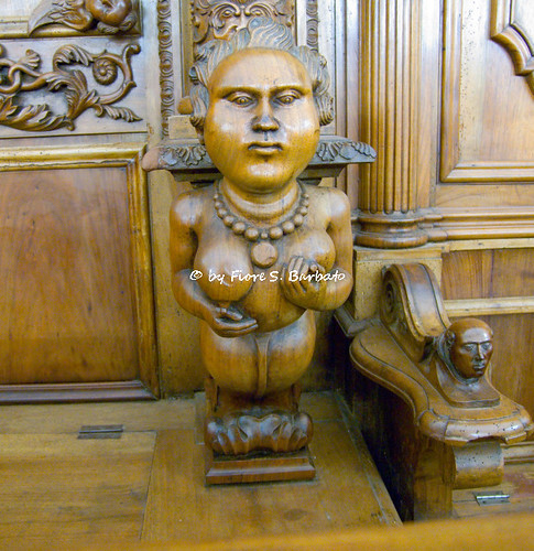 Summonte (AV), 2010, Congrega del SS. Rosario o Chiesa Piccola: particolari di sedili e spalliere del coro ligneo.