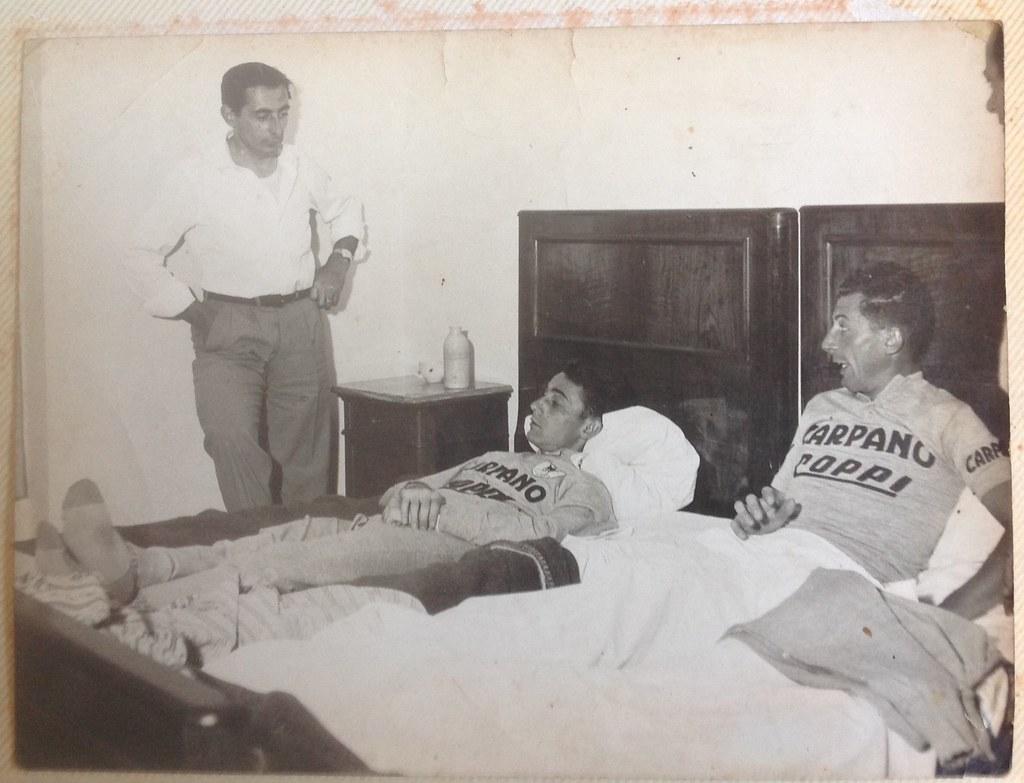 Giro d'Italia 1956 - Rapallo - Fausto Coppi in piedi, Cainero e Alberto Negro (sul letto)
