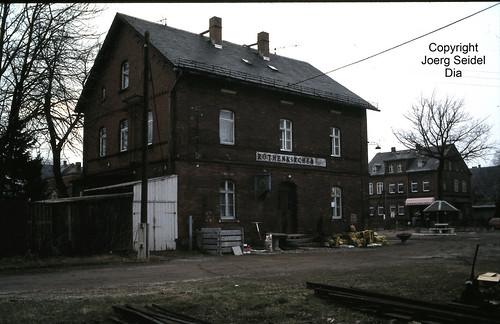 DE-08237 Rothenkirchen Bahnhofsgebäude im März 1991