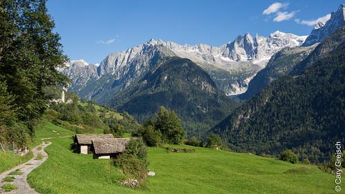 Lottan bei Soglio vor der Bergkulisse der Scioragruppe (rechts) (Bergell, Graubünden) (12/09/2019 -12)