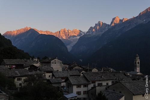 Soglio am Abend; die letzen Sonnenstrahlen beleuchten den Piz Cacciabella, die Scioragruppe, den Piz Cengalo und den Piz Badile (Bergell, Graubünden) (13/09/2019 -20)