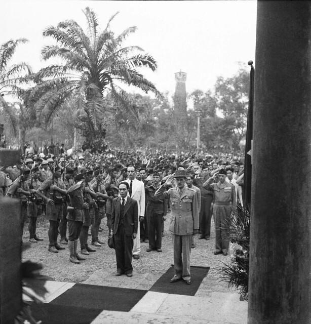 Photo:Hanoi 1946 - Le General Leclerc Salue Le Monument Aux Morts D'Hanoï By manhhai