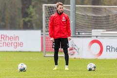 Matthias Bader zwischen zwei Bällen wartet auf sein Einsatz
