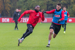 Kingsley Ehizibue und Sava Cestic im Sprint um den Ball