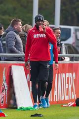 Anthony Modeste trinkt am Rande des Trainings unter Beobachtung von Horst Heldt, dem neuen Geschäftsführer