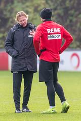 Der neue Cheftrainer Markus Gisdol greift sich die Spieler im Training zum individuellen Gespräch