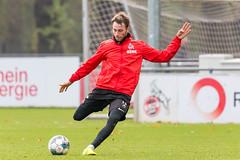 Matthias Bader in der Schussstellung beim nassen FC Training unter Markus Gisdol