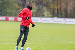 Linker Verteidiger Ismail Jakobs mit dem Ball am Fuss beim Training unter Markus Gisdol