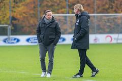 Markus Gisdol zusammen mit Horst Heldt stehen im engen Austausch auf dem Trainingsgelände
