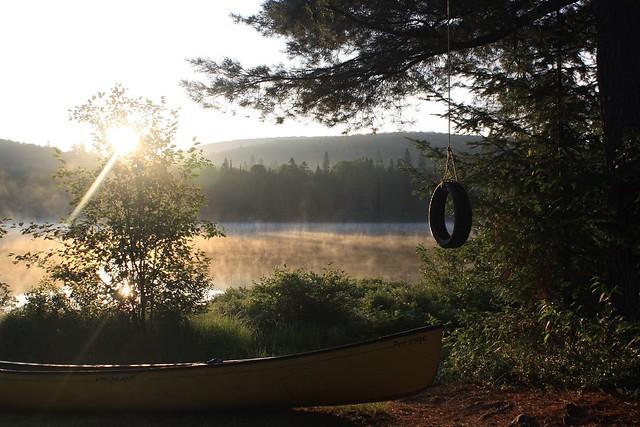 Être de la lumière sur le lac encore endorm