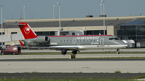 Pinnacle Airlines (Northwest Airlink) Bombardier CRJ-200ER (CL-600-2B19) N8588D