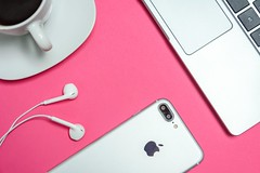 closeup-photo-of-silver-iphone-7-plus-with-earpods-1038628