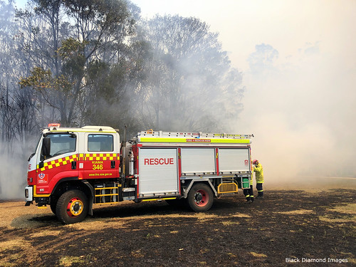 1.09pm 13th November 2019 - Kiama Fire Brigade - The Fire Front Arrives - Timbertops Estate, Darawank, NSW