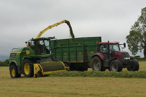 John Deere 8600i SPFH filling a NC Trailer drawn by a Case IH Puma 160 Tractor