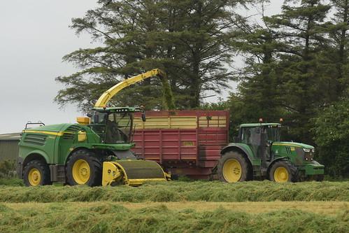 John Deere 8600i SPFH filling a Herron Trailer drawn by a John Deere 6170M Tractor