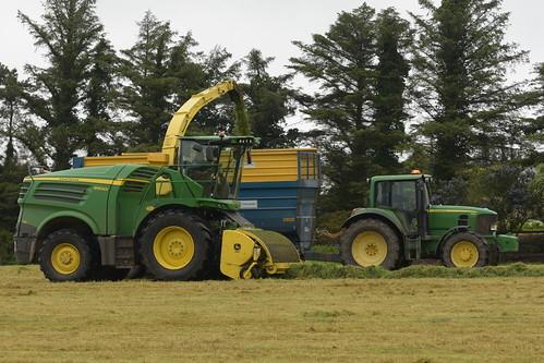 John Deere 8600i SPFH filling a Kane Halfpipe Trailer drawn by a John Deere 6930 Tractor
