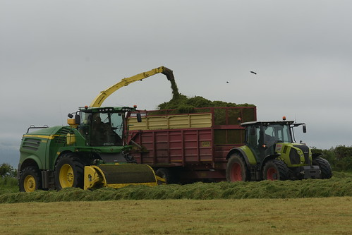John Deere 8600i SPFH filling a Herron Trailer drawn by a Claas Arion 640 Tractor