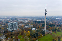 Luftbild zeigt Fernsehturm Florian-Turm mit Aussichtsplattform im Westfalen-Park Dortmund