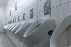 Öffentliche Toilette für Herren: Reihe von Pissoirs