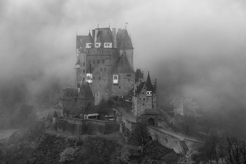 *Burg Eltz im Morgennebel*