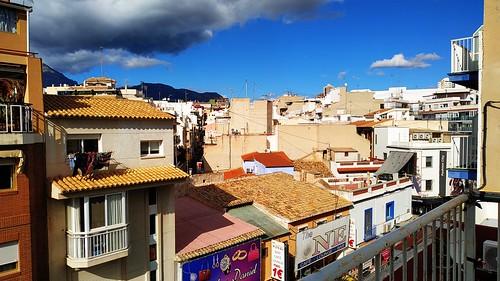 Fabulosas vistas a la calle Alameda, muy soleado. Solicite más información a su inmobiliaria de confianza en Benidorm  www.inmobiliariabenidorm.com