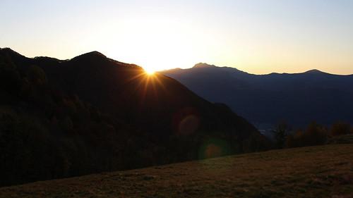 Sonnenaufgang über dem Bergweiler Monti della Gana