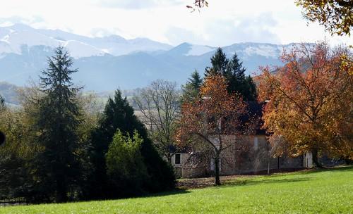Grand paysage pyrénéen, hameau des Pindats, Bosdarros, Béarn, Pyrénées Atlantiques, Nouvelle-Aquitaine, France.