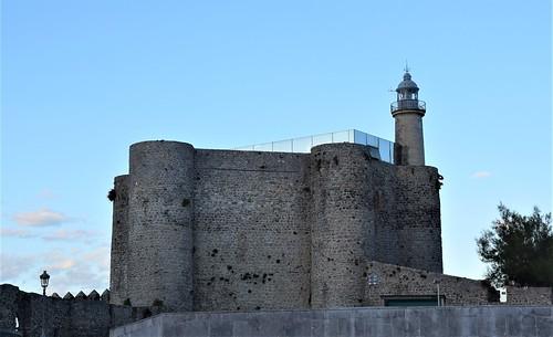 Castillo y faro (Castro Urdiales, Cantabria, España, 29-9-2019)