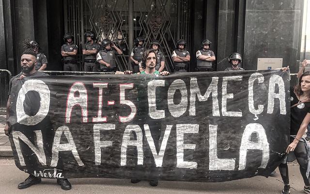 """""""Chega de chacina, eu quero o fim da PM assassina"""", foi um dos gritos do coro de manifestantes - Créditos: Igor Carvalho"""