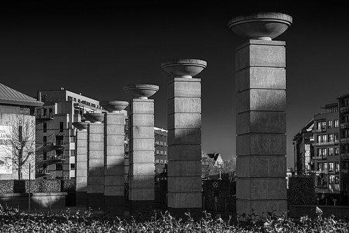 Columns on Ave. Marcel Thierry