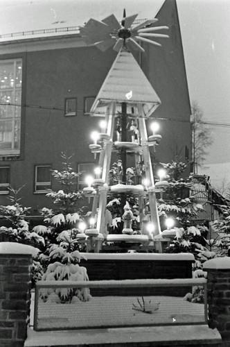 Altes DDR Foto 1980 - Borstendorf im Erzgebirge, Aufbau Weihnachtspyramide 8/8