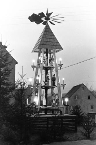 Altes DDR Foto 1980 - Borstendorf im Erzgebirge, Aufbau Weihnachtspyramide 6/8