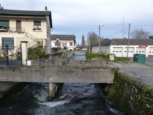 Nay, Pyrénées-Atlantiques: le canal au niveau des usines Berchon