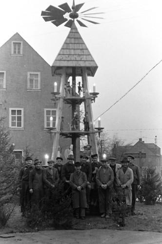 Altes DDR Foto 1980 - Borstendorf im Erzgebirge, Aufbau Weihnachtspyramide 7/8