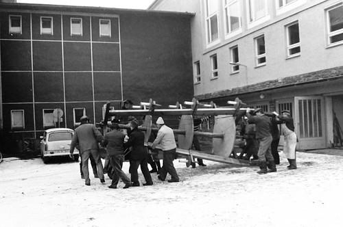 Altes DDR Foto 1980 - Borstendorf im Erzgebirge, Aufbau Weihnachtspyramide 1/8