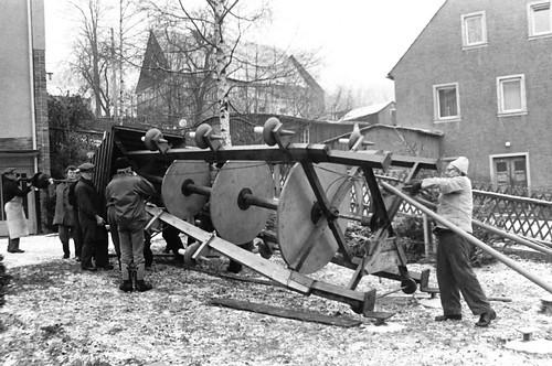 Altes DDR Foto 1980 - Borstendorf im Erzgebirge, Aufbau Weihnachtspyramide 2/8