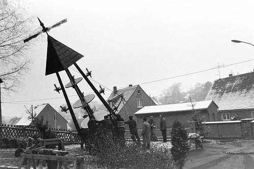 Altes DDR Foto 1980 - Borstendorf im Erzgebirge, Aufbau Weihnachtspyramide 3/8