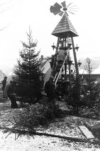 Altes DDR Foto 1980 - Borstendorf im Erzgebirge, Aufbau Weihnachtspyramide 4/8
